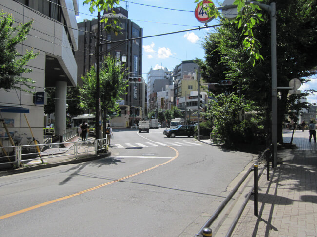 みずほ銀行と国分寺駅南口のロータリーを通り抜けて、松屋の前を通り